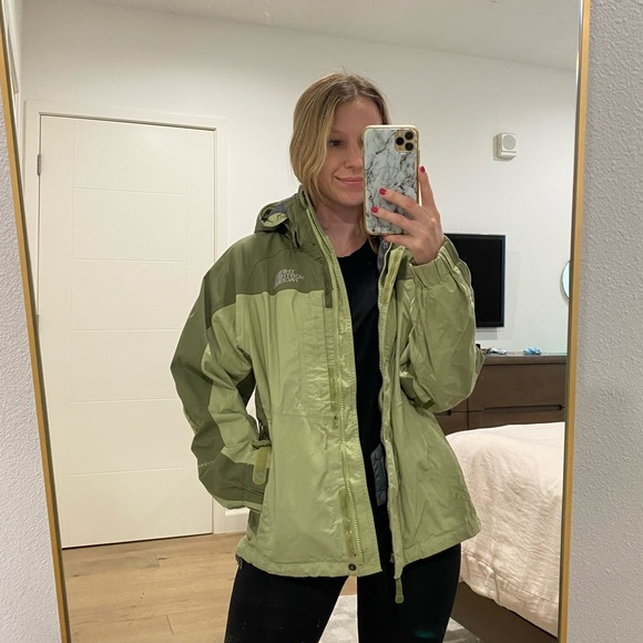 Green North Face ski jacket! Perfect for Winter